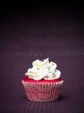 Röd muffinlilabakgrund Royaltyfri Fotografi