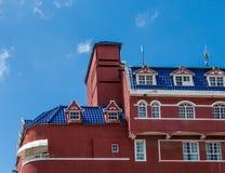 Röd murbruk med det blåa tegelplattataket Royaltyfri Foto