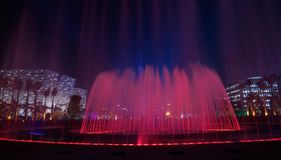 Röd musikalisk springbrunn i Guangzhou Fotografering för Bildbyråer