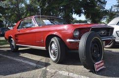 Röd mustang 1967 på bilshowen Fotografering för Bildbyråer
