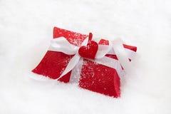 Röd närvarande ask med det vita bandet för jul på den vita backgroen Arkivbild