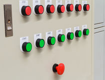 Röd nödläge- och stoppströmbrytare med gröna startknappar Royaltyfri Foto