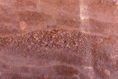 Röd naturlig vägg av lava Arkivbilder