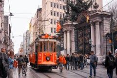Röd nostalgisk spårvagn i europian del av Istanbul arkivfoton