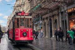 Röd nostalgisk spårvagn som på flyttar den Istiklal gatan arkivfoton
