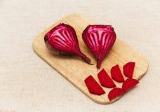 Röd ny beta, snittstycken på den grova bordduken grönsak Royaltyfria Foton