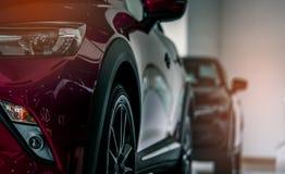 Röd ny lyxig SUV kompakt bil som parkeras i den till salu moderna visningslokalen Kontor för bilåterförsäljare Den återförsäljnin royaltyfri fotografi