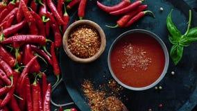 Röd ny organisk chilipeppar på trätabellen lager videofilmer