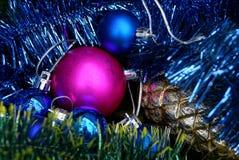 Röd och blå jul klumpa ihop sig med en glass kotte Royaltyfri Foto
