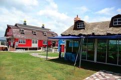Röd och blå lantgård för traditionell tappning Royaltyfri Bild