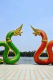 Röd och blå ormstaty i templet Thailand Arkivfoton
