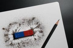 Röd och blå stångmagnet eller fysik magnetisk, blyertspenna- och järnpow Arkivfoton