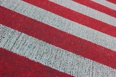 Röd och för vit randig bakgrund Abstrakt bakgrund i färgrika band Arkivbilder
