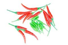 Röd och grön chili som isoleras på på vit Royaltyfri Bild