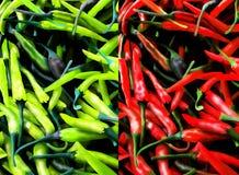 Röd och grön ChiliPepers bakgrund. Royaltyfri Bild