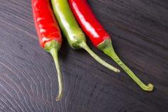 Röd och grön chilipeppar Arkivbild