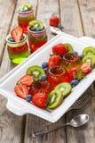 Röd och grön gelé som tjänas som med frukt Royaltyfria Bilder
