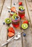 Röd och grön gelé som tjänas som med frukt Royaltyfri Foto