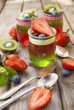 Röd och grön gelé som tjänas som med frukt Arkivfoto