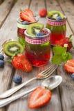Röd och grön gelé som tjänas som med frukt Fotografering för Bildbyråer