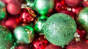 Röd och grön julbollbakgrund Arkivfoton