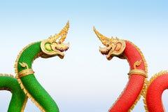 Röd och grön ormstaty i Thailand Royaltyfri Bild