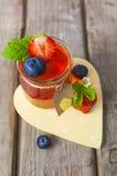 Röd och gul gelé som tjänas som med frukt Arkivfoton