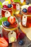 Röd och gul gelé som tjänas som med frukt Arkivbild