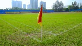 Röd och gul hörnflagga i fotbollfält arkivfilmer