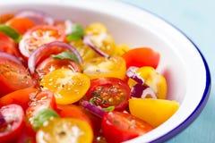 Röd och gul sallad för körsbärsröda tomater Arkivfoton