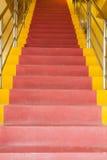 Röd och gul stege arkivfoto