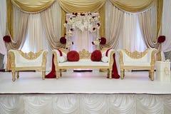 Röd och guld- bröllopetapp Royaltyfri Foto