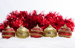 Röd och guld- jul klumpa ihop sig i snö med glitter och snöflingor, julbakgrund Arkivbilder