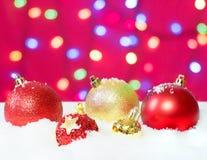 Röd och guld- jul klumpa ihop sig i snön Kopia och deg för bac Arkivbild