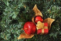 Röd och guld- jul smyckar att hänga på en julgran Royaltyfri Foto