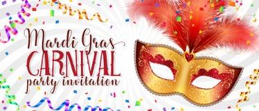 Röd och guld- karnevalmaskering med fjädrar på vriden vit bakgrund, mall för reklamblad för vektorMardi Gras inbjudan stock illustrationer