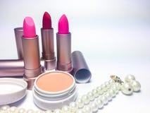 Röd och rosa fuktighetsbevarande hudkrämläppstift i pärlemorfärg guld Arkivbilder