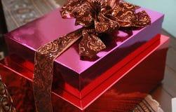 Röd och rosa gåva Royaltyfria Foton