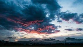 Röd och svart molnig flyttning till berget för storm och regn stock video