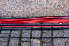Röd och svart tråd på förberedande stenar fotografering för bildbyråer