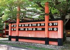 Röd och svart vägg för japansk dekorativ arkitektur med bakgrund för två kolonner royaltyfri bild