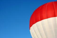 Röd och vit ballong för varm luft Royaltyfria Bilder