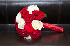Röd och vit blom- bukett Royaltyfria Bilder