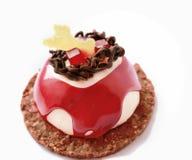 Röd och vit efterrätt med röd garnering för fruktgelé och choklad royaltyfri bild