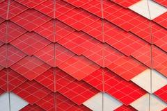 Röd och vit fasad av modern byggnad Royaltyfri Foto