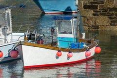 Röd och vit fiskebåt för Newquay hamn som, förtöjas, når att ha fiskat för dagar arkivbild