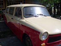 Röd och vit gammal tidmätarebil arkivbild