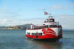 Röd och vit hastig fartyganslutning på ½ för pir 43 i fiskares hamnplats, San Francisco Arkivbilder