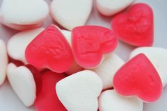 Röd och vit hjärta för gelésötsakgodis Arkivbilder