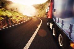 Röd och vit lastbil Arkivbilder